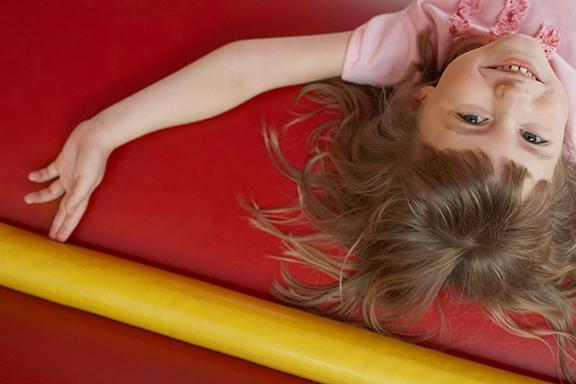 Meisje op springkussen